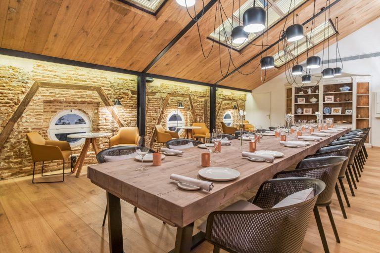 primera planta restaurante con lamparas de techo y ventanas redondas